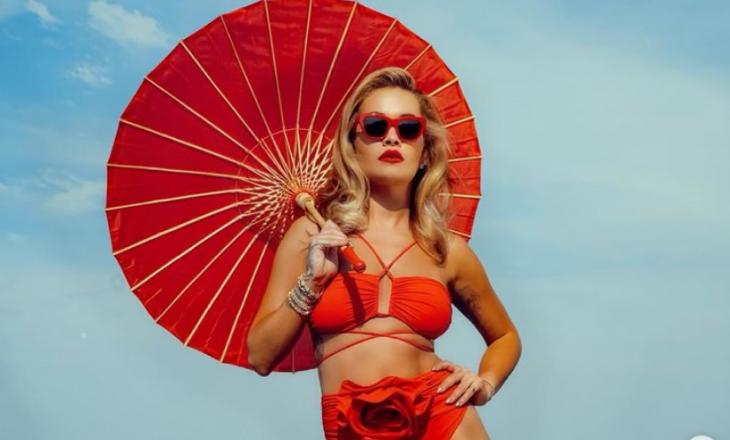 Rita Ora publikon imazhe joshëse me bikini të kuqe
