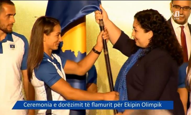 Presidentja Vjosa Osmani ia dorëzon flamurin shtetëror Ekipit Olimpik të Kosovës