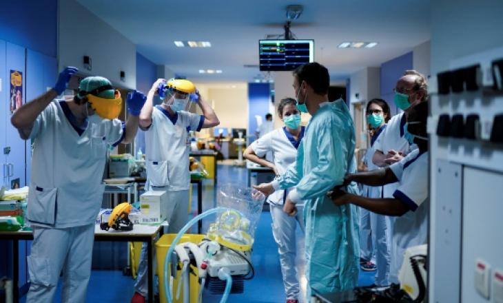 Një grua vdes pasi ishte infektuar me dy variantet e COVID-19