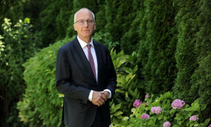 Ambasadori gjerman kundërshton gazetarin e 'Kurir'-it: BE-ja e SHBA-të nuk po tregohen të buta me Kosovën