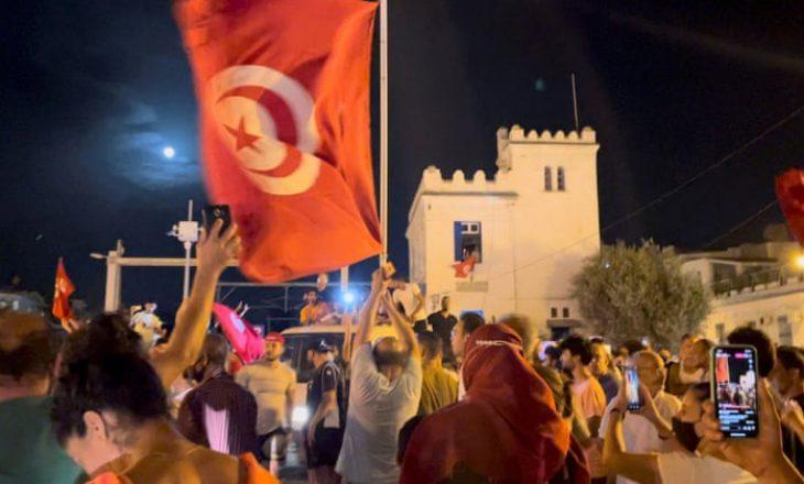 Presidenti i Tunizisë shkarkon kryeministrin dhe pezullon qeverinë