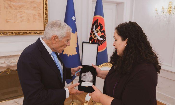 Presidentja e Kosovës takohet me Wesley K. Clark