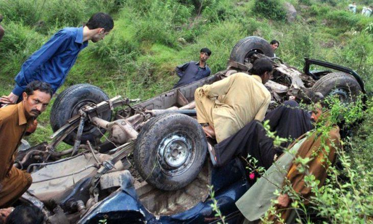 28 persona kanë vdekur dhe 40 të tjerë janë plagosur në një aksident në Pakistan