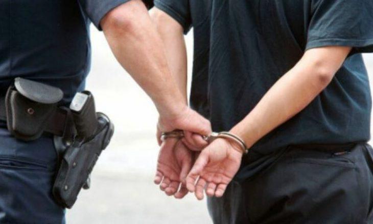 Rrahu nënën dhe motrën e tij, arrestohet pejani