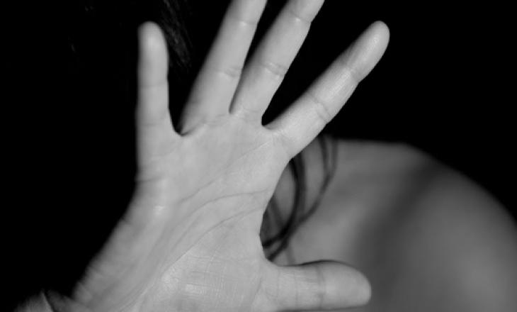 E detyroi të kryente pa dëshirë marrëdhënie seksuale, arrestohet