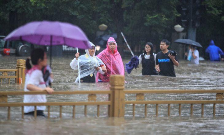 Si në filma horror – Metro me udhëtarë përmbytet pas reshjeve në Kinë