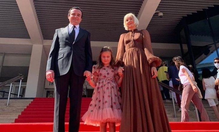 Reagojnë nga Qeveria: Vajza e Kurtit e huazoi fustanin