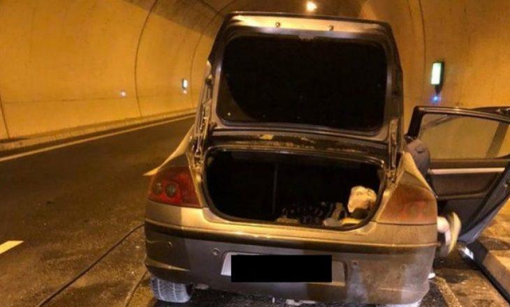 Përfshihet nga flakët një veturë në tunelin e Kalimashit