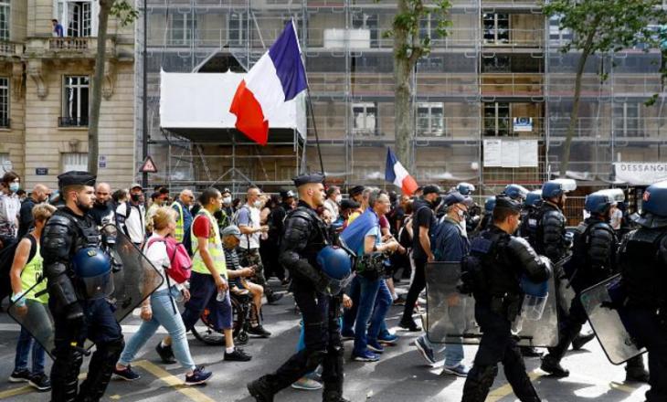 Protesta në Francë kundër vaksinimit të detyrueshëm