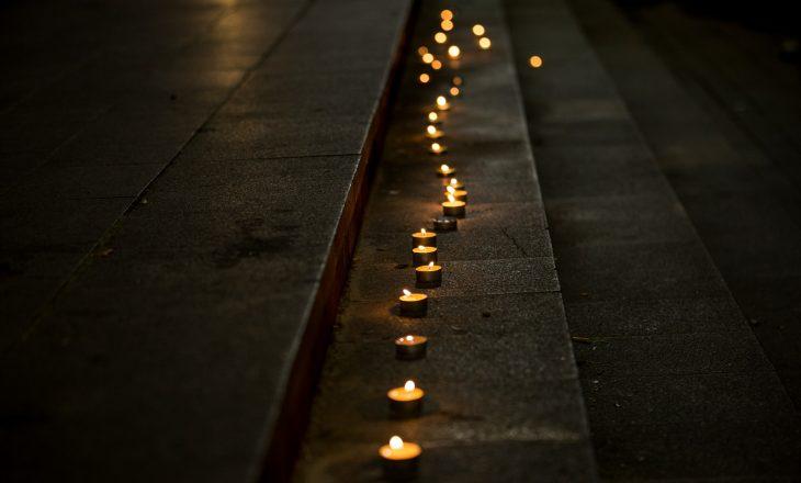 Ndizen qirinj në Skenderaj në nderim të viktimave të aksidentit në Kroaci