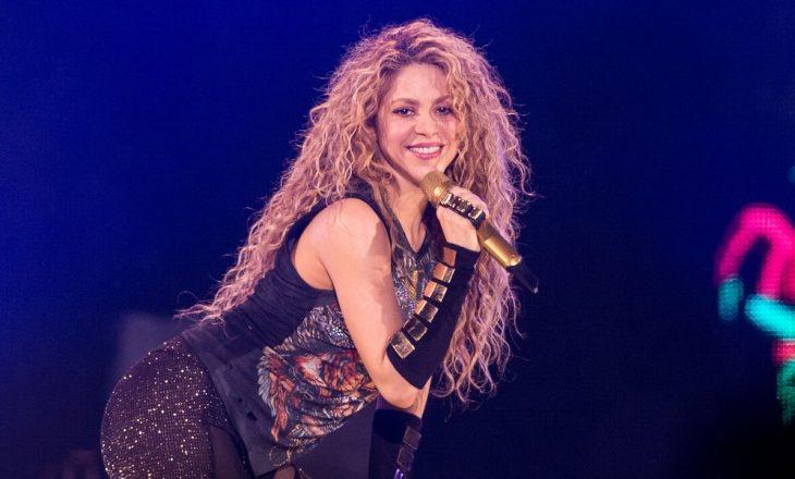 """Fansat hedhin dyshime se Shakira është """"lesbike"""", ajo i shton """"benzinë zjarrit"""""""