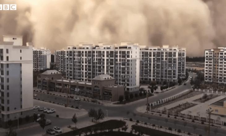 """Stuhia e rërës """"gëlltitë"""" qytetin në Kinë"""
