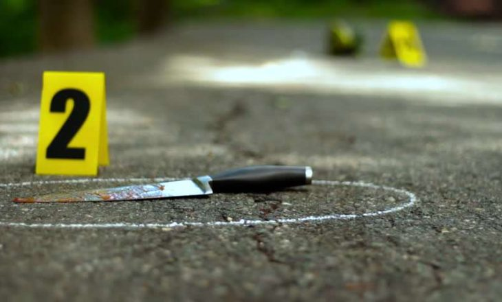 Burri vret gruan brenda veturës në Krujë