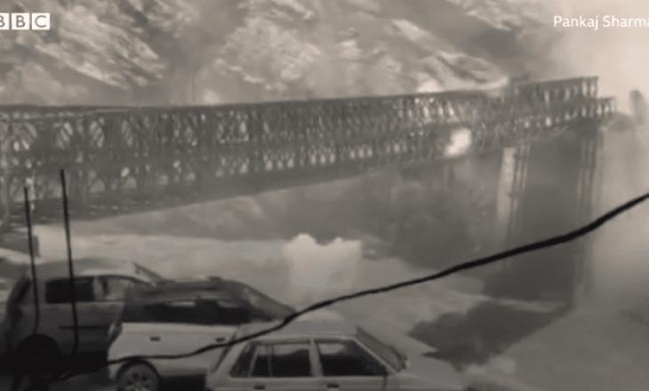 9 persona vdesin pasi vërshimet shkatërrojnë urën në Indi