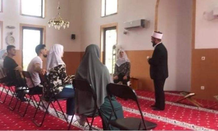 Dy franceze konvertohen në fenë islame në një xhami në Kosovë