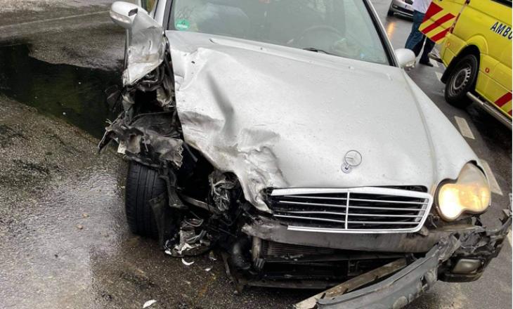 Katër persona të lënduar në një aksident mes dy veturave në Pejë