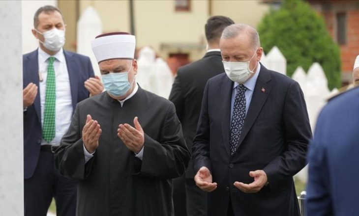 Erdogan viziton Bosnjën, shkon te varri i Izetbegoviqit
