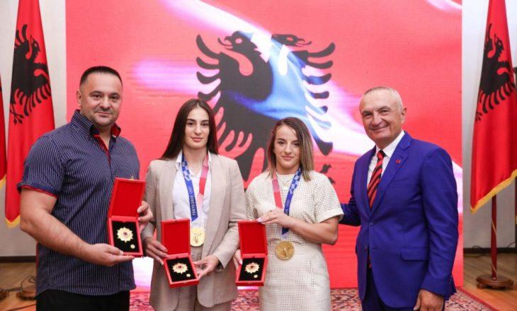 """Presidenti i Shqipërisë, priti xhudistet kosovare dhe i dekoroi me medaljen """"Nderi i Kombit"""""""