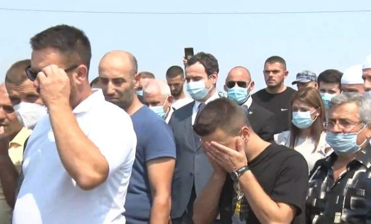 I jepet lamtumira e fundit 18-vjeçares në Ferizaj, Kurti i pranishëm në varrim