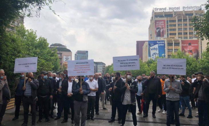 Punëtorët e sigurimit fizik të KEK-ut protestojnë para Qeverisë, këto janë kërkesat e tyre