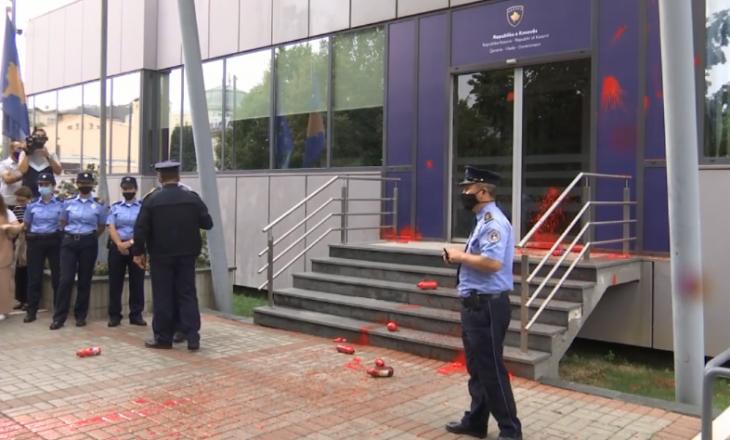 Protestuesit hedhin ngjyrë të kuqe në drejtim të Qeverisë