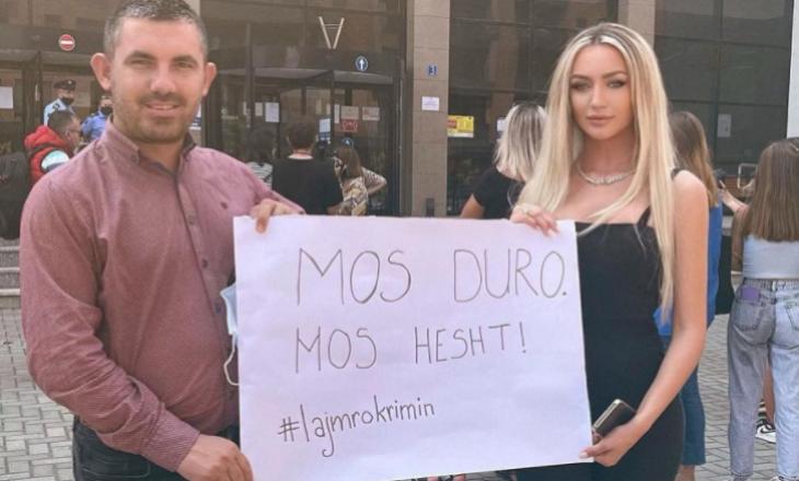 Bëri bujë me historinë e saj për trafikimin 'Miss Universe Kosova' e pranishme në protestën e organizuar për vrasjen e 18-vjeçares