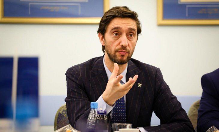 Uran Ismaili i tregon Arben Vitisë si t'i kundërvihet pandemisë
