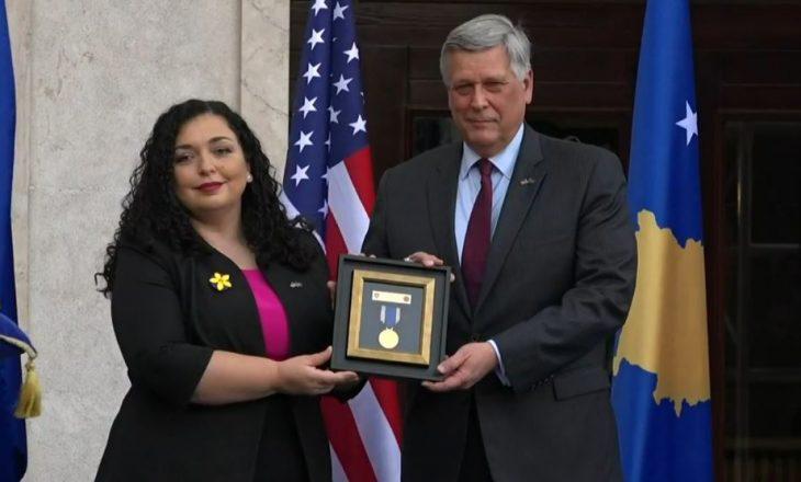 Osmani ia dorëzon Kosnettit Medaljen Presidenciale për Beau Biden