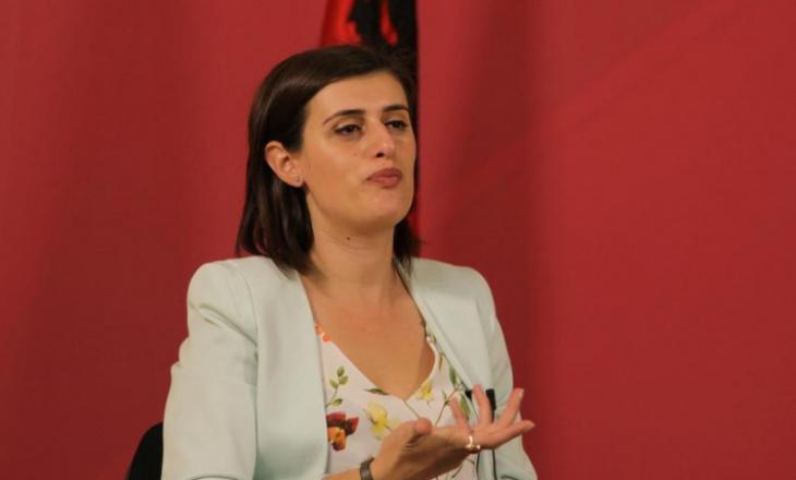 """Hudhet poshtë aktakuza ndaj Saranda Bogujevcit, sipas të cilës """"pengoi punën e një polici më 2015"""""""