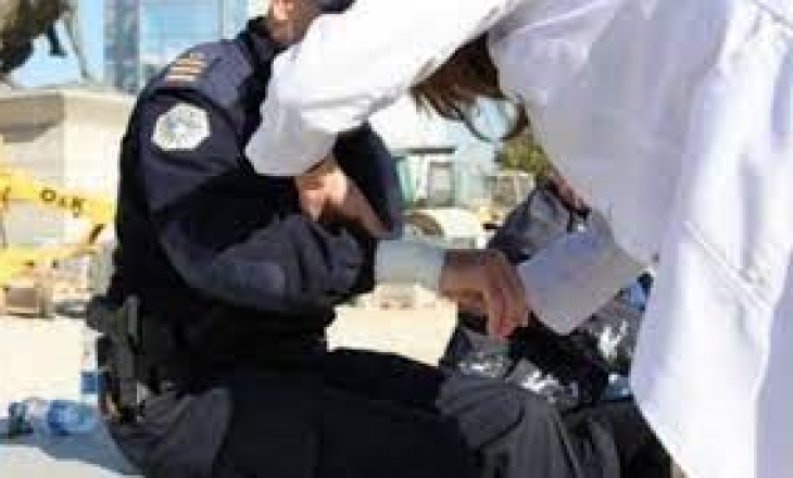 Një femër e sulmon fizikisht policin
