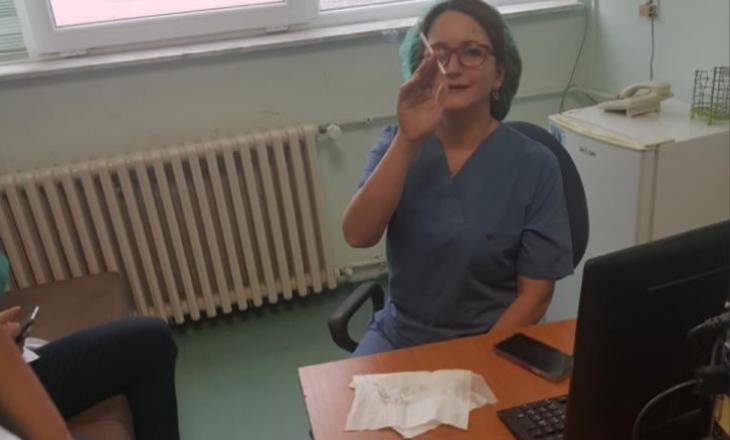 Mjekja dhe kryetarja e Bordit të SHSKUK-së, Agreta Gecaj-Gashi, me veshje të operacionit, ndezë cigare brenda zyrës