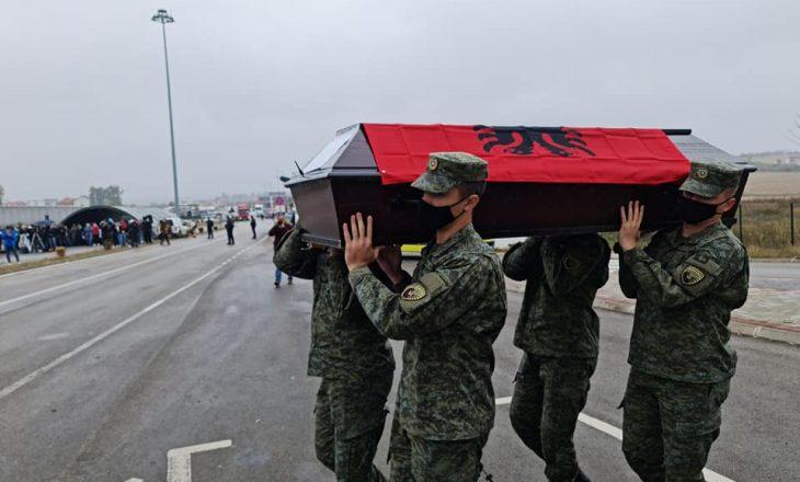 Arrijnë trupat e viktimave në masakrën e Rezallës
