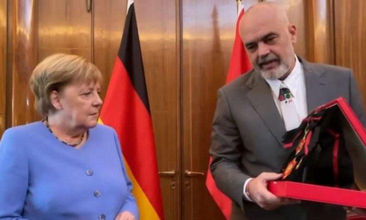 Rama e nderon Merkelin me medalje