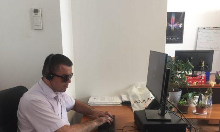 Sfidat e personave të verbër në punë