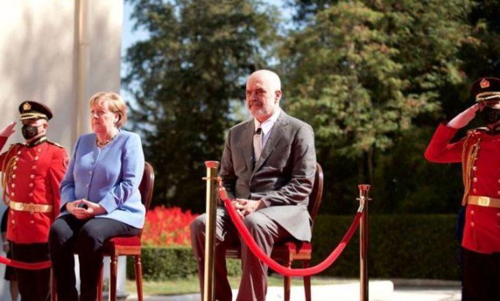 Merkel nuk ndjehet mirë gjatë intonimit të himnit në Tiranë, kërkon karrige për t'u ulur