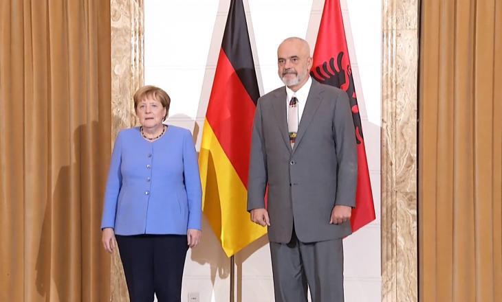 Merkel pritet me ceremoni në Tiranë, Rama i zgjat dorën – ajo e përshëndet me grusht