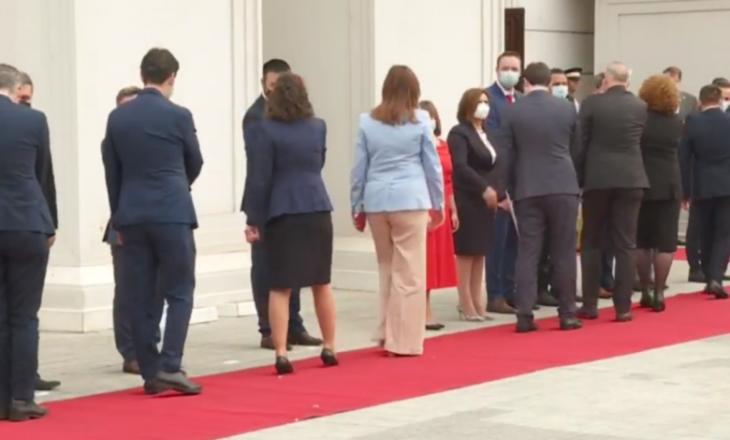 Ceremonia e pritjes së Qeverisë së Kosovës në Maqedoninë Veriore – Ministrat shkelin masën kryesore anti-COVID