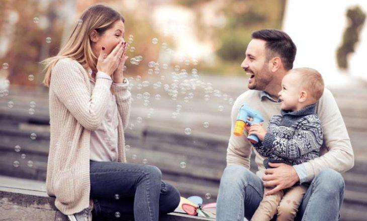 Çfarë duhet të bëni nëse fëmija juaj preferon njërin prind më shumë se tjetrin