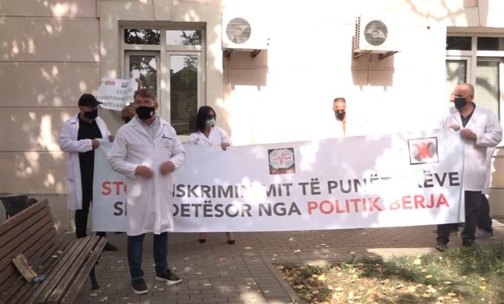 Sindikalistët protestojnë para Ministrisë së Shëndetësisë: Vitia na ka neglizhuar