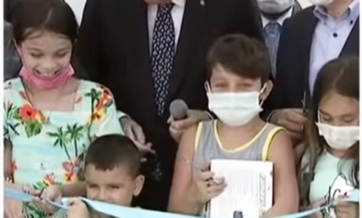 E preu shiritin para Erdoganit, presidenti e godet djaloshin në kokë