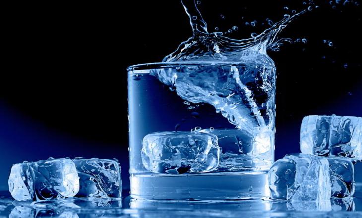 Çfarë ndodh me trupin kur pijmë ujë shumë të ftohtë?