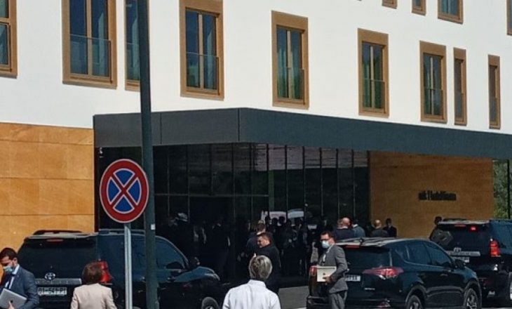 Kurti arrin në Tiranë, pritet të takohet me Merkelin
