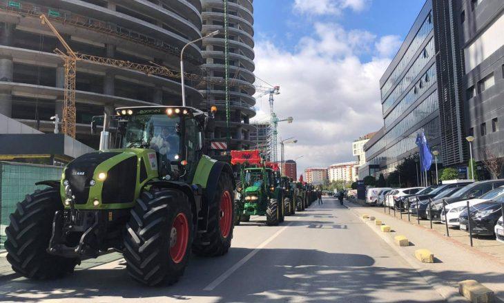 Fermerët protestojnë me traktorë para Ministrisë së Bujqësisë