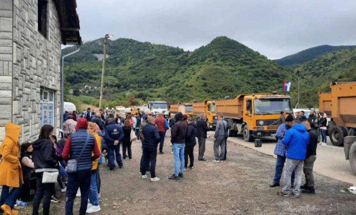 Policia: Protestuesit në Jarinje e Bërnjak kanë vendosur zhavorr