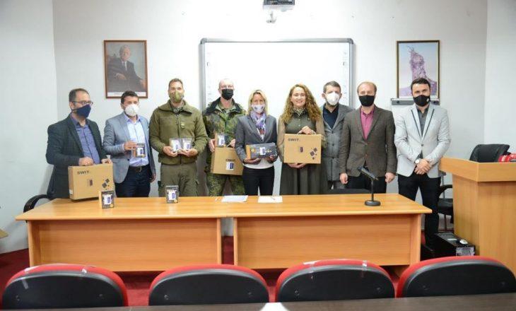 KFOR-i dhuron pajisje teknologjike për studentët e gazetarisë në Universitetin e Prishtinës
