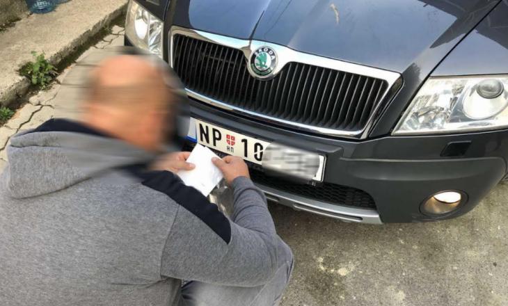Vozitësit me targa serbe pa letra ngjitëse do të gjobiten