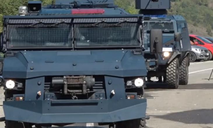 """Largohet Njësia Speciale e Kosovës nga Bërnjaku, protestuesit provokojnë duke brohoritur """"Serbia, Serbia"""" (VIDEO)"""