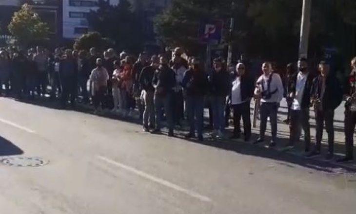 Mitrovicasit dalin për t'i pritur Njësitë Speciale të Kosovës pas kthimit nga Jarinja dhe Bërnjaku (VIDEO)