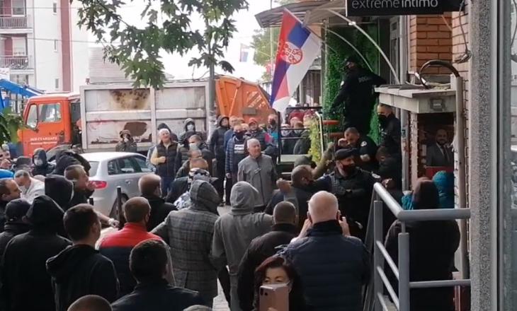 Serbët lokalë sulmojnë Policinë e Kosovës në Mitrovicën e Veriut (VIDEO)