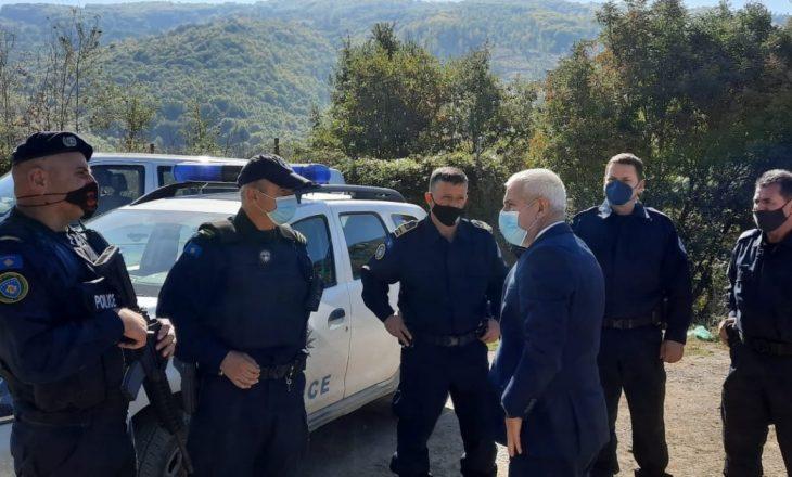 Sveçla viziton pikat kufitare, monitoron zbatimin e marrëveshjes për stikersat në targat e veturave